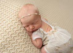 Neugeborene Mädchen Strampler Floral Beige von LovelyBabyPhotoProps