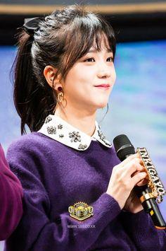 Jisoo and bangs! Oh dear Irene save me! Blackpink Jisoo, Kim Jennie, Yg Entertainment, Forever Young, Black Pink Kpop, K Pop, Korean Girl Groups, Kpop Girls, My Idol
