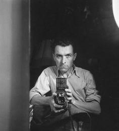 Robert Doisneau (1912-1994), self portrait. Veja também: http://semioticas1.blogspot.com.br/2012/01/homens-ilustres.html