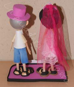 Fofuchas personalizadas de 20 cm de altura, Manuel va vestido con un gorro y corbata fucsia y a Caridad con una corona, un velo y un collar fucsia. Collar, Dress, Ties, Caps Hats, Charity, Hot Pink, Veils, Corona