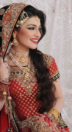 Such glamour and elegance! Aline for Indian weddings Bridal Outfits, Bridal Dresses, Moda Indiana, Beauty And Fashion, Asian Bridal, Sari, Glamour, Desi Wedding, Bride Look