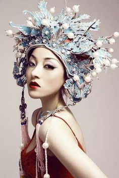 A woman wearing a Chinese headdress used in Chinese opera. Costume Ethnique, Chinese Opera, Chinese Hat, Chinese Style, Glamour, Turbans, Tiaras And Crowns, Mode Inspiration, Wedding Inspiration