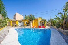 Montesinos Falcon Real Estate le ofrece esta villa en Calpe, Partida Benicolada, Costa Blanca! Estilizada piscina, espacio para tomar el sol y a 900m de la playa y del pueblo, el sueño de cualquier visitante de Costa Blanca!!! Muy rentable para alquilar, y muy tranquila para disfrutar!!!