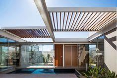 Construído pelo FGMF Arquitetos na Bauru, Brazil na data 2014. Imagens do Rafaela Netto. Fomos procurados por um casal de professores universitários para a elaboração de uma residência de programa compacto ...