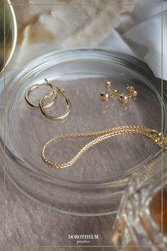 Ein Klassiker: elegante Kreolen in Gold, die zu jedem Alltagsoutfit passen. When Youre Feeling Down, Elegant, Gold, Bracelets, Stuff To Buy, Jewelry, Classy, Jewlery, Jewerly