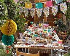 Partydeko Zum Sommerfest   Der Stoff Der Girlande Wiederholt Sich In Der  Tischdeko Sommerfest Ideen,