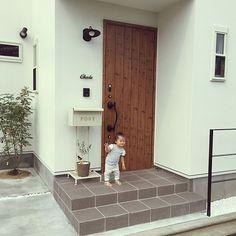 女性で、3LDKの外灯/アイアン表札/リクシル/玄関ドア/こどもと暮らす/アイアンてすり…などについてのインテリア実例を紹介。「ポストが大きすぎました(°_°)」(この写真は 2016-09-28 14:21:10 に共有されました) Simple Modern Interior, Japanese Interior Design, Muji Home, Simple House Design, Home Room Design, Timber House, House Entrance, Japanese House, Facade House