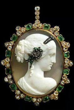 Vénus Pendentif Camée - 1870 - Camée d'Agate, émeraude, diamant, or.