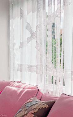O morador do apartamento, em São Paulo, queria avistar o sabugueiro plantado logo à frente. A solução foi usar uma cortina de cambraia de linho com bordados e 5 cm de altura e largura, respectivamente, na barra e nas laterais, para assegurar a leveza.