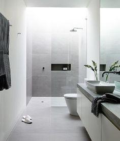 Prachtige moderne #badkamer, met lichte tegels waardoor de #badkamer open en ruimtelijk oogt.