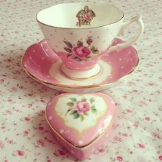 """Royal Albert New Country Roses """"Cheeky Pink"""" Beautiful Vintage Flair! Love the Heart Trinket Box! Café Chocolate, China Tea Cups, My Cup Of Tea, Tea Service, Vintage Dishes, Vintage Teacups, Teller, Tea Cup Saucer, High Tea"""
