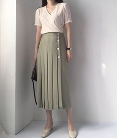 Summer Sales 5 Must Have Pieces to Buy Now This Is Glamorous « niubi. Long Skirt Outfits, Modest Outfits, Classy Outfits, Chic Outfits, Vintage Outfits, Fashion Outfits, Minimal Fashion, Modern Fashion, Vintage Fashion