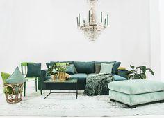 Grön Björnen sammetssoffa bäddsoffa. Bädd, soffa, säng, sammet, smart förvaring, compact living, pall, fotpall, puff, nitar, marmorbord, marmor, soffbord, metall, plaststol, polykarbonat, plast, stol, vintage, matta, kristallkrona.