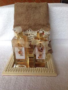 Bandeja em pérolas, aromatizador e sabonete líquido e toalha de lavabo com aplicação de renda gruipir.