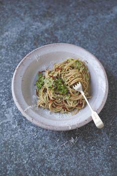 Jamie Oliver - spaghetti carbonara met spek, erwten, amandelen & basilicum - nog te maken