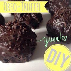 http://eatsmarter.de/ernaehrung/news/oreo-trueffel-selber-machen Wer Oreo-Kekse mag, der wird auch unser Do-it-Yourself mit der Süßigkeit lieben. Denn wir zeigen, wie sich aus Oreos leckere Trüffel selber machen lassen.