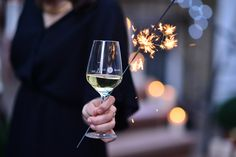 KLEINE SAUSE | Ist nicht eine kleine Sause ein Widerspruch in sich? Wir sagen nein! Und zwar ganz entschieden. Die Qualität einer Party hängt nicht von der Anzahl der Leute ab, sondern von dem Spaß den Ihr dabei habt. Und der kann ja wohl auch im kleinen Kreis sehr groß sein. Oma sagt immer: ab 3 Leuten ist's eine Fete. #party #silvester #newyear #newyearseve #wine #glass