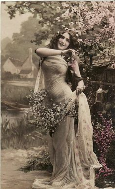 Early // Beautiful Edwardian Lady // Flowers // Original Vintage French Postcard // Paper Ephemera via Etsy Vintage Glamour, Vintage Abbildungen, Lingerie Vintage, Vintage Girls, Vintage Beauty, Vintage Postcards, French Vintage, Vintage Outfits, Vintage Fashion