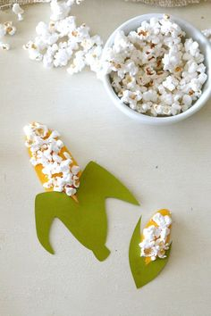 Corn on the cob Thanksgiving craft for kids, use real corn on the cob to create mini art projects, Get this fun fall craft idea here