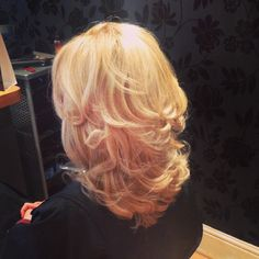 Very pretty curly blow dry with blonde and caramel highlights.