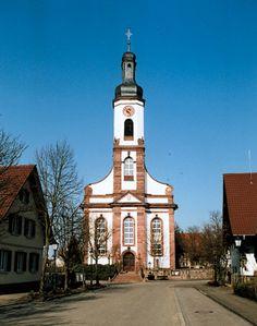 De Evangelische Kirche in Meissenheim, waarnaast het beroemde grafmonument van Friederike Brion Staat/