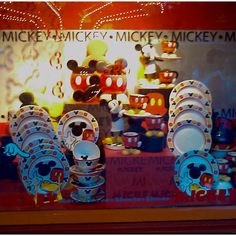 Mickey Mouse Dishes I love these Minnie Mouse House, Mickey House, Mickey Mouse And Friends, Mickey Minnie Mouse, Disney Mickey, Disney Kitchen Decor, Disney Home Decor, Disney Crafts, Cozinha Do Mickey Mouse