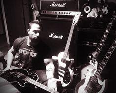 Martín D'Agnese  Preparando el set de guitarras para el show del 29 de julio de 2017 en AV PUEYRREDON 2476 (DORIAN PUB) a las 21 hs  https://youtu.be/aghlpINALj4  #dagnesemartin #martindagnese
