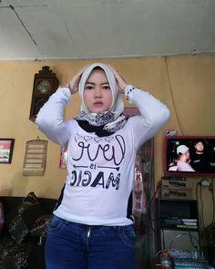 Hijab Jeans, Girls Phone Numbers, Beautiful Muslim Women, Hijab Chic, Girl Hijab, Hijab Fashion, Tutu, Graphic Sweatshirt, Wonder Woman