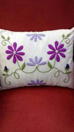 Risultati immagini per almohadones bordados mariana Cushion Embroidery, Hand Embroidery Flowers, Hand Embroidery Stitches, Crewel Embroidery, Hand Embroidery Designs, Cross Stitch Embroidery, Mexican Embroidery, Fabric Painting, Needlework