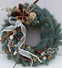 Dušičkový věneček - skořicový Věneček ze stříbrného smrku. Průměr 30cm tento veneček již svého majitele má, ale moc ráda Vám vytvořím jiný, velmi podobný. Autumn Wreaths, Christmas Wreaths, Christmas Crafts, Christmas Decorations, Christmas Ornaments, Holiday Decor, Funeral Floral Arrangements, Grave Decorations, Memorial Flowers
