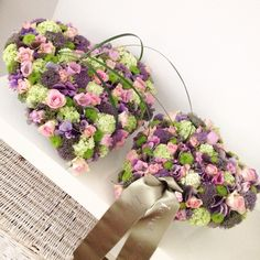 Twee harten verbonden, rouwarrangement Floral Wreath, Wreaths, School, Cake, Flowers, Heart With Flowers, Floral Crown, Door Wreaths, Kuchen