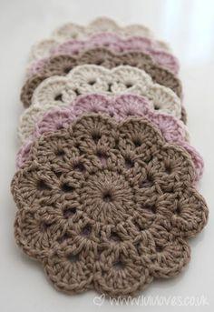 tremendous cute coasters–pattern from pattern by Jessica VenturePeppermint Coasters – Free Crochet PatternThis DIY Crochet Happy Hoodie is as cute as can be! Beau Crochet, Crochet Diy, Crochet Home, Easy Crochet Patterns, Love Crochet, Beautiful Crochet, Crochet Crafts, Crochet Doilies, Yarn Crafts