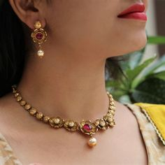 Paisley Wala Pyaar Gold Earrings Designs, Gold Jewellery Design, Necklace Designs, Gold Jewelry Simple, Simple Necklace, Gold Necklace, Necklace Set, Indian Jewelry Earrings, Bridal Jewelry