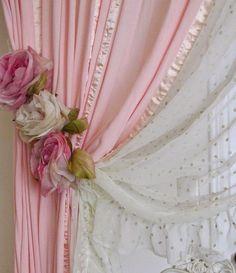 By: Mayara Camargo    Nunca fui de achar bonito prendedor de cortina, até ver uns modelos bem diferentes na internet. Agora estou apaixonad...
