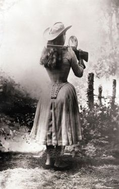 Annie Oakley shooting backwards - Wild West Festival - Annie Oakley