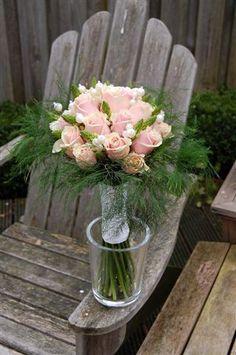 Danielle v d Lee. Tussen de roosjes van dit #bruidsboeket zijn #parelsteker Pearl bead pick gestoken