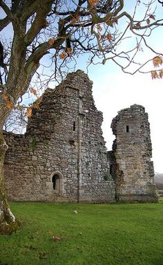 Pendragon Castle - Built in the century by Ranulph de Meschines. Beautiful Ruins, Beautiful Castles, Beautiful Places, English Castles, Castle Ruins, Cumbria, 12th Century, Beautiful Architecture, Lake District