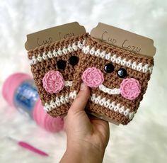 Crochet Coffee Cozy, Crochet Cozy, Crochet Crafts, Free Crochet, Crochet Coaster, Crochet Projects, Holiday Crochet Patterns, Quick Crochet Patterns, Crochet Christmas Decorations