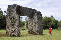 Ha'amonga 'a Maui, Tonga. Hasta en Tonga podemos encontrar una versión adaptada de este tipo de megalito. Ha'amonga' Maui (Losa de Maui) es una piedra megalítica localizada en Tonga, en el norte de la isla de Tongatapu, cerca del pueblo de Niutoua. Es el monumento más antiguo y misterioso de la isla. El trilithon esta construido con tres losas de caliza de coral, y mide 5.2 m alto, 1.4 m ancho, 5.8 m de largo. El peso estimado de la estructura es de 30 a 40 toneladas aprox.