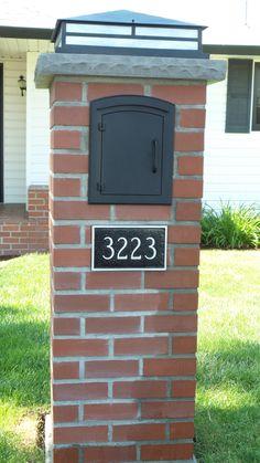 Custom brick mailbox by Rod Muilenburg. I love the light, the numbers… Brick Columns, Brick Fence, Brick Masonry, Diy Mailbox, Modern Mailbox, Mailbox Ideas, Stone Mailbox, Driveway Lighting, Outdoor Lighting
