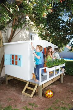 Building your little one a playhouse in the backyard will surely make them happy. There are a few things you should know before you build a playhouse for kids. Kids Playhouse Plans, Garden Playhouse, Childrens Playhouse, Build A Playhouse, Playhouse Outdoor, Outdoor Play Areas, Outdoor Fun, Play Spaces, Mo S