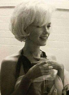 Marilyn Monroe by Douglas Kirkland Marilyn Monroe Haircut, Marilyn Monroe Photos, Marilyn Monroe Hairstyles, Brigitte Bardot, Greta, Actor Studio, Norma Jeane, Iconic Women, Belle Photo