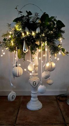 christmas lights Diy Home Dekorieren Quiz Silver Christmas, Noel Christmas, Rustic Christmas, Christmas Projects, Simple Christmas, Christmas Wreaths, Christmas Ornaments, Christmas Ideas, Christmas Chandelier