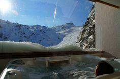 Jaccuzzi mit Aussicht auf Wellnessterrasse - Wedelhütte Hotel & Chalet