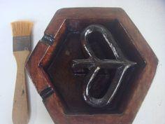 Asbak kayu model Logo Vespa Waruh Tampak Samping
