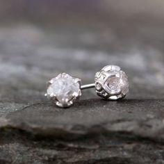 Unveränderte rohe Diamanten im Jahrgang filigrane festgelegt sind inspirierten Ohrring Vertonungen von Sterling silber. Jeder Roh, ungeschliffen, rauhe Diamant ist einzigartig und genau so war es in der Natur gefunden. Die rohen Diamanten jede Maßnahme ca. 3,5-4 mm Durchmesser und jeweils wiegen ca. 1/2 Karat (Gesamtgewicht ca. 1 Karat für die Paar Ohrringe). Die Gesamtgröße der einzelnen Ohrring ist ca. 5 mm Durchmesser. Diese post Stil Diamant Ohrringe mit Sterling silber…