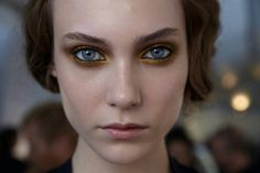 Gold eyeliner is a great way to spice up your holiday make up looks. Gold Eyeliner, Gold Eye Makeup, No Eyeliner Makeup, Hair Makeup, Yellow Makeup, Pastel Makeup, Smudged Eyeliner, Bronze Makeup, Colorful Makeup