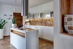 Obklady v kuchyni: Čím je nahradit? Sklo, dřevo, beton... - Žena.cz - magazín pro ženy