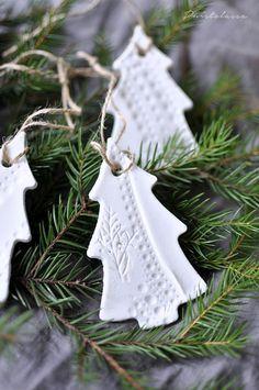 Viime vuonna koitettiin jo tehdä näitä samoja koristeita kaupan valmiista muotoilumassassa, mutta en tiedä mikä meni pieleen, kun lopputulos oli melko ryppyinen ja halkeileva. Nyt innostuin valmistama Christmas Inspiration, Christmas Ideas, Christmas 2019, Clay, Christmas Ornaments, Holiday Decor, Barn, Home Decor, Clays