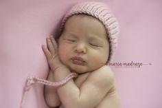 Estudio de fotos de recién nacido. Newborn photoshoot. Adorable cheeks. Baby girl
